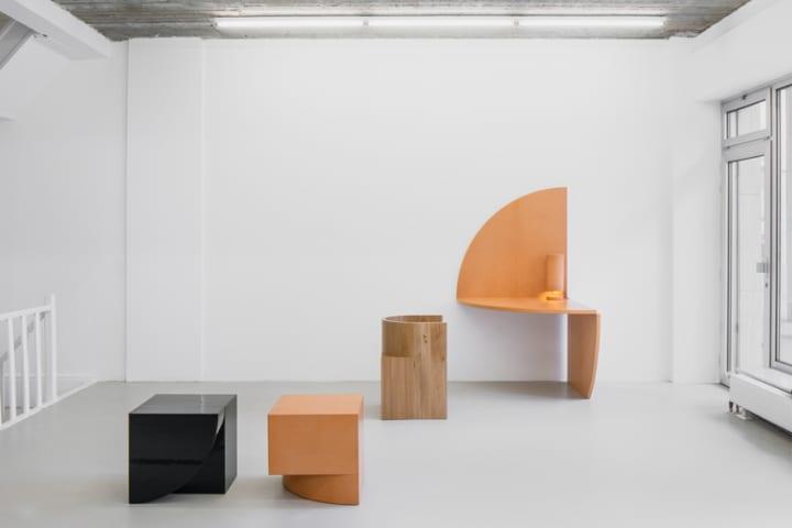 建築家 Bernard Duboisと革小物デザイナー Isaac Reina 抽象的な家具コレクションを展示