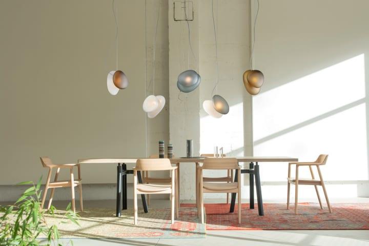 ANDlightのためにLukas Peetがデザインした 吹きガラスの照明シリーズ「Pebble」が登場