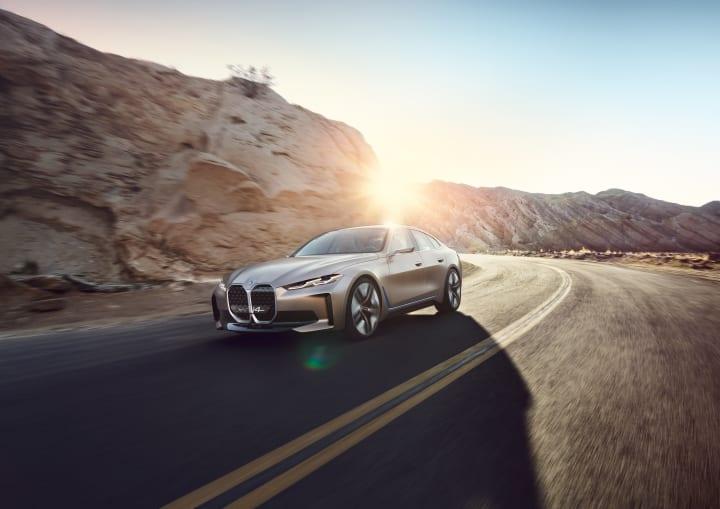 BMW、2021年に生産を開始するEVグランクーペ 「i4」のコンセプトモデルを公開