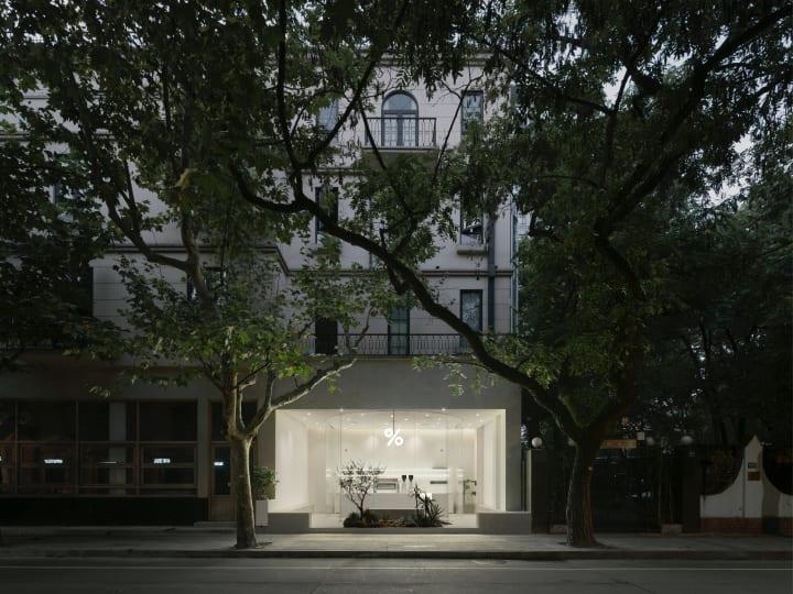 上海にオープンしたコーヒーショップ「%Arabica West Jianguo Road」 B.L.U.E.建築設計事務所がデザイン…