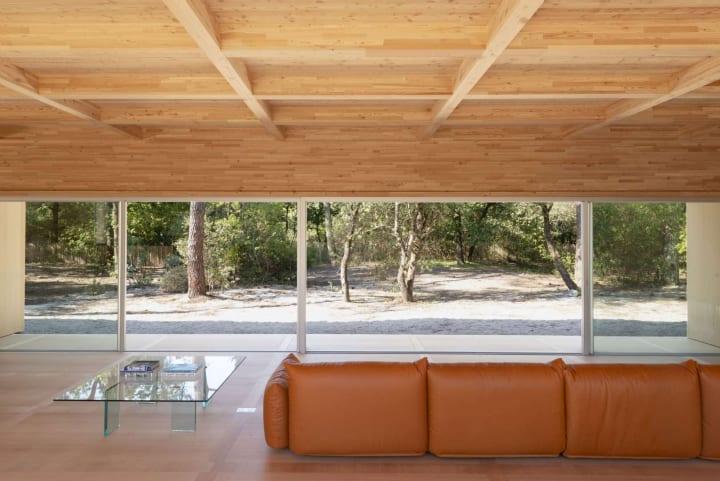 フランスのリゾート地に完成した「Wooden Villa」 どこからでも入れるシームレスな木造建築