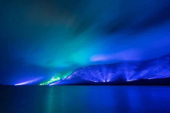 アイルランドの夜の山並みを照明で彩る Kari Kolaのインスタレーション「Savage Beauty」