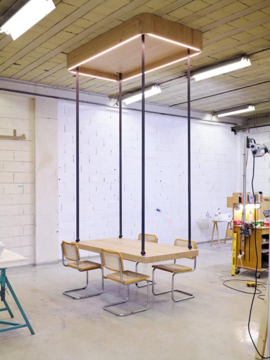 テーブルが天井に電動で収納できる!? 遊び心のある多目的な「FLYING TABLE」