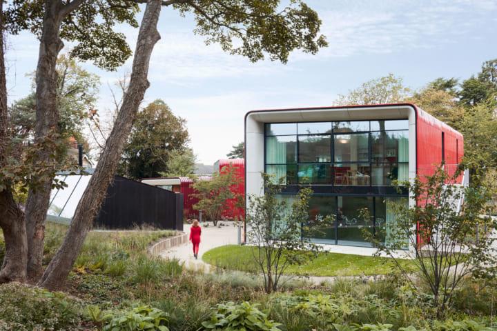 ロンドン郊外のがん患者支援センター「Maggie's」は 赤いグラデーションの扇状建物