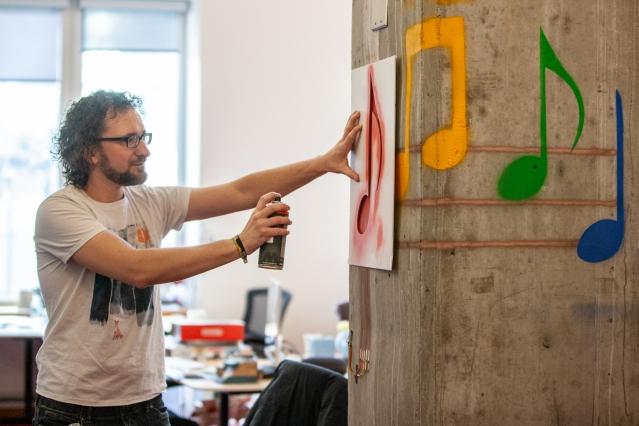 部屋をインタラクティブサーフェスに変身! MITによる機能性インキを使った「SprayableTech」を発表