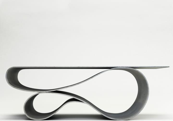 コンクリートなのに軽くて流動的な形である インテリア「Whorl Coffee Table」が登場
