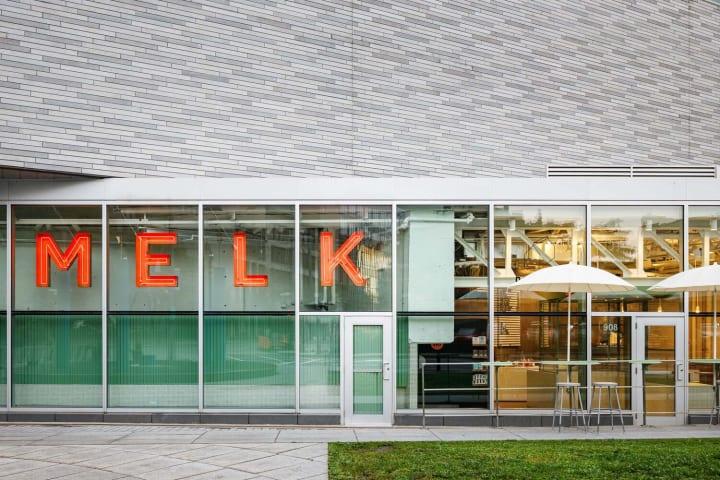 三角形のスペースに美しさと機能性を備えた 店舗「Melk Coffee Bar」のデザインを公開