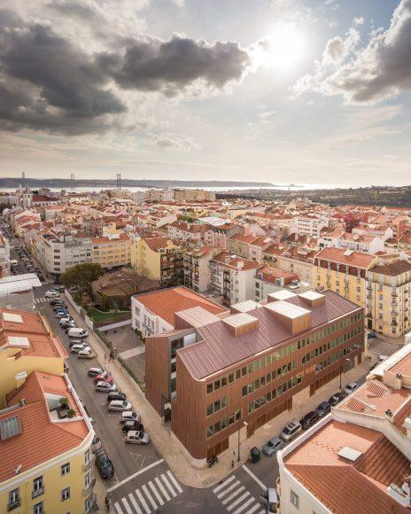 制限が多いリスボンの敷地に 2棟の離れた校舎を細長い道でつなぐ建物「Redbridge School」
