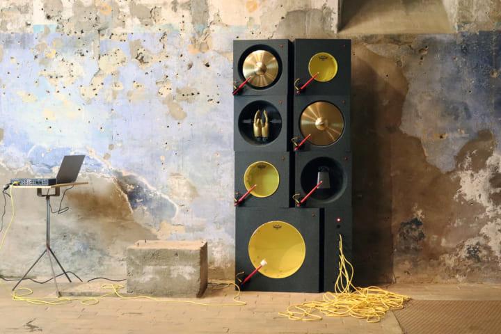 職人技とモダンなテクノロジーを融合させた コンセプト・ドラムマシン「Slagwerk-101」
