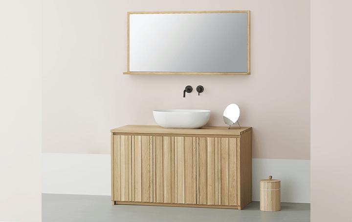 カリモク家具とサンワカンパニーのコラボレーション 天然無垢材を使った洗面所のインテリアが登場