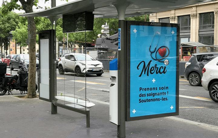 パリ、バス停に約2,000台のアルコール消毒液ディスペンサーが設置 市民の行動を理解した上の配色と設置位置