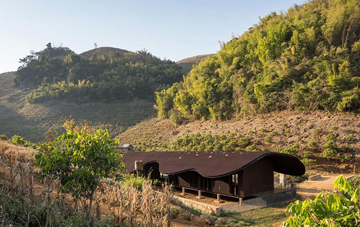 ベトナム山間部の村落にある幼稚園「Bó Mon Preschool」 屋外の園庭が地元の住民の共同スペースにもなる