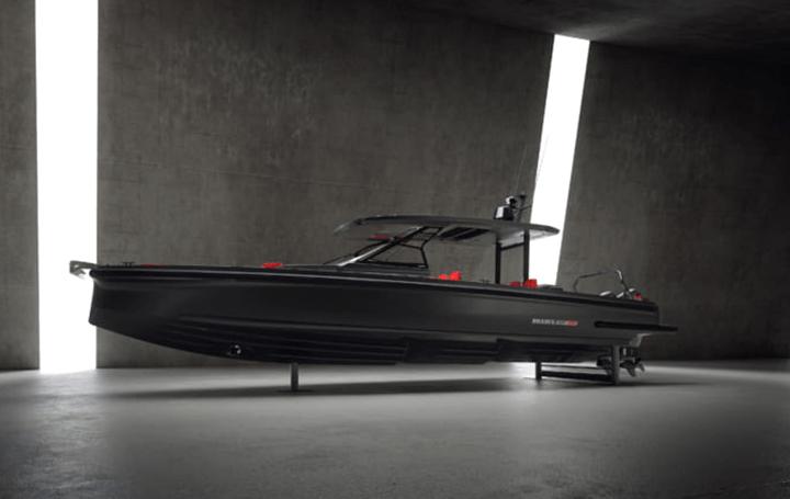 ブラックのボディーで存在感を放つプレジャーボート 「BRABUS Shadow 900 Black Ops Limited Edition '1 o…