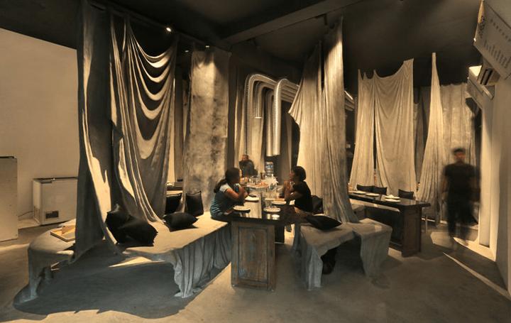 無造作に垂れ下がったドレープで空間を仕切る インド建築スタジオWallmakersが改修した「tease me café」