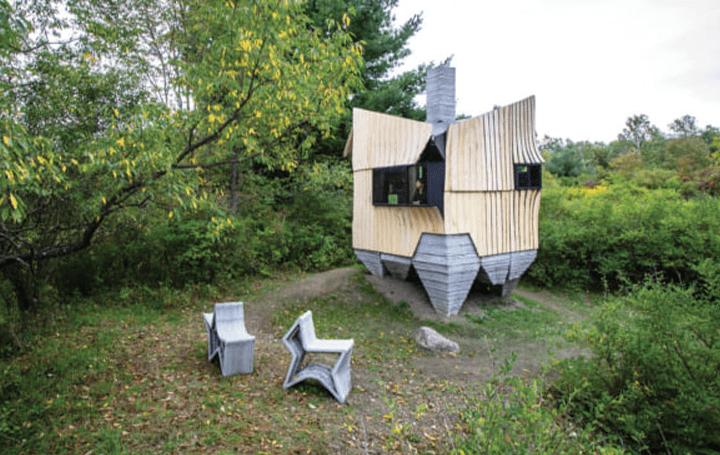米建築スタジオHANNAHの実験的なプロジェクト 虫に食われた木材など廃材からできた「Ashen Cabin」