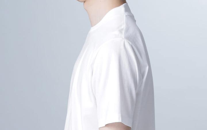 ナノ・ユニバースの新アイテム、後ろ襟部分が高くなる ジャケット着用に特化したインナー「ジャケT」