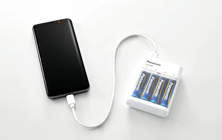 パナソニック、乾電池・充電池式モバイルバッテリーを発売 LEDライト付きで防災用具としても役立つ