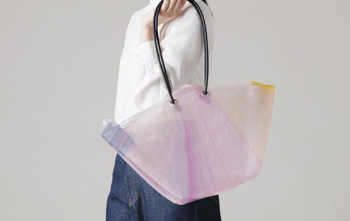 捨てられたビニール傘をアップサイクルする「PLASTICITY」 新商品はカラー傘を活用したトートバッグ
