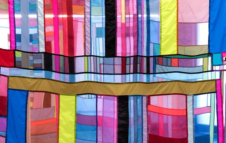 色と形で構成された幾何模様の空間インストレーション アーティストRachel Hayesの個展「Land Lines」