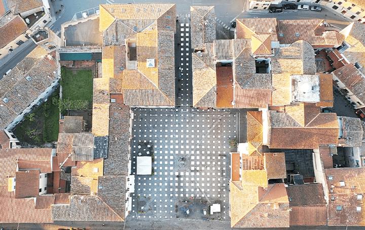 フィレンツェの広場にソーシャル・ディスタンスを 視覚的に意識させるインスタレーション「StoDistante」
