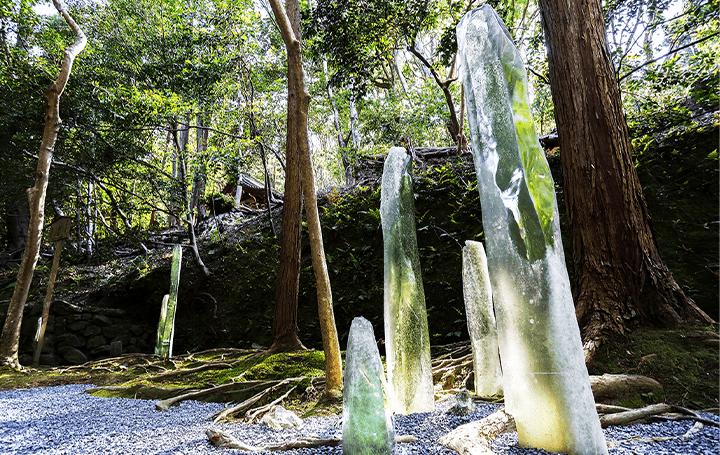 現代アートが伝統文化と融合、京都・法然院にある リサイクルガラスの作品 枯山水「つながる」