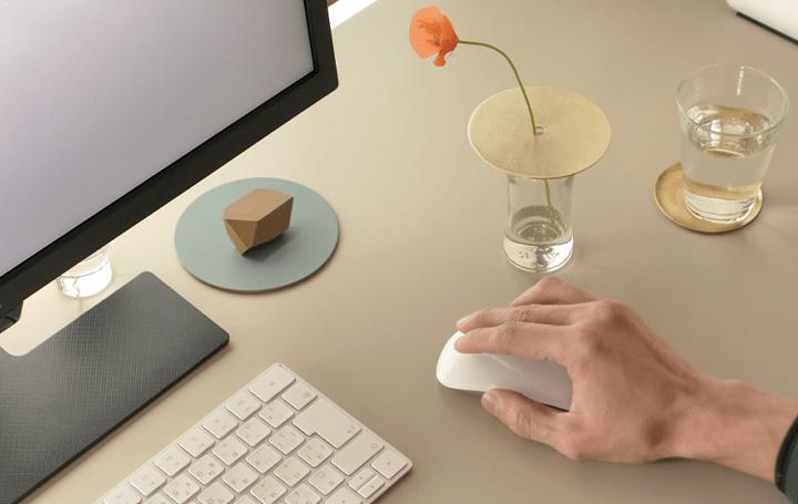 空き瓶やグラスをスタイリッシュな花瓶に変える 86400″から金属板の花器「フラワースカーフ」が登場