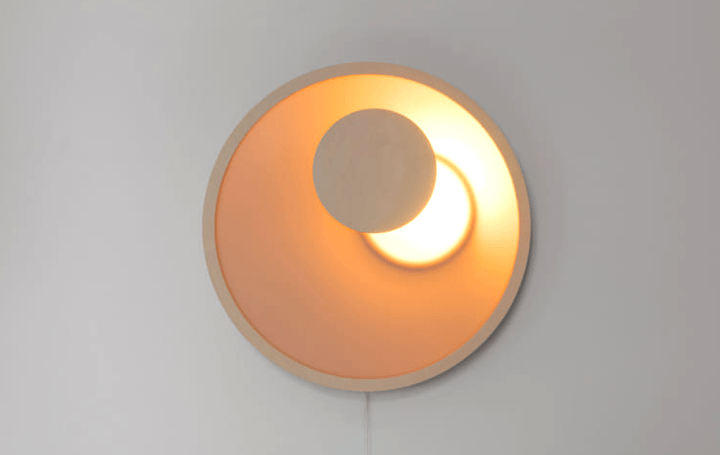 日食のように天体の光が現れたり隠れたりする 触れて調光する円形の照明「KOLO」