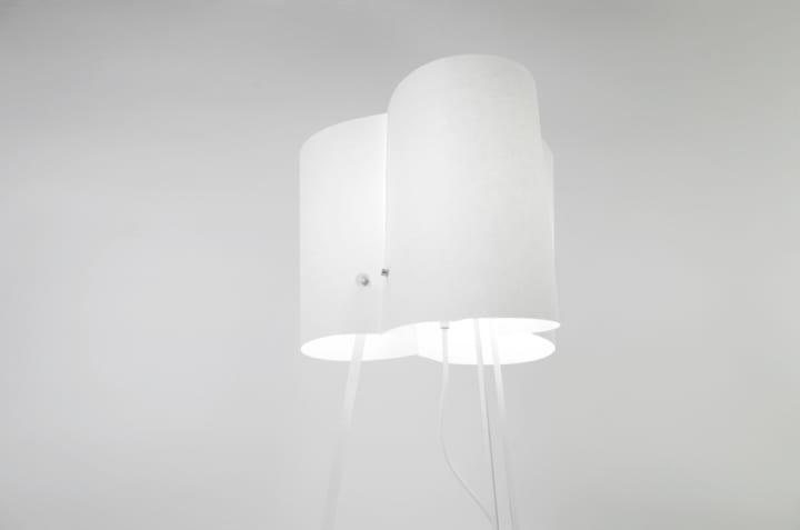 材料は3枚のA4用紙とマグネット 中国のデザイナーが考案した作るプロセスを楽しめる照明「A4」