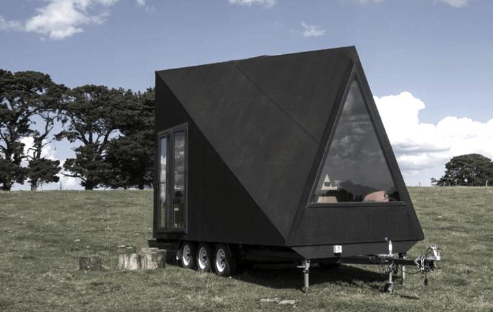 Aフレームのキャビンからインスピレーションを得た アウトドア用のトレーラーハウス「Base Cabin」