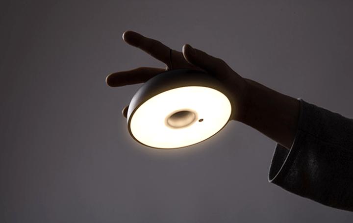 照明ブランドAxolightにコンパクトで場所や シチュエーションにより変化自在な照明「Float」が登場