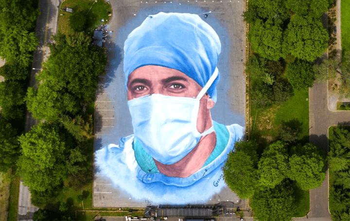 地上に大きな医療従事者の肖像画を描いて称える アーティストJorge Rodríguez-Geradaによる「Somos La Luz」