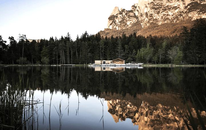 イタリア南チロルの牧歌的な湖とモダンなデザインが調和された レクリェーション施設「Lake House Völs」…