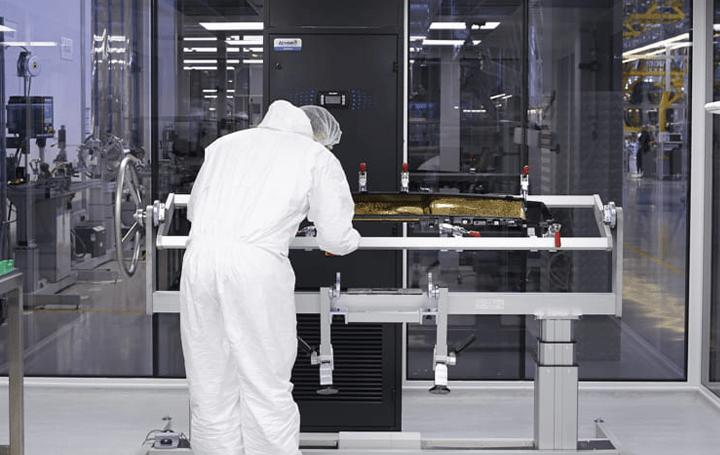 ロールス・ロイス、ビスポークパーツを組み立てる無菌室 ギャラリーと呼ばれる「クリーンルーム」を公開