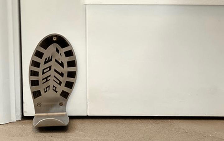公共スペースの手の接触を減らすために 英デザインスタジオが足でドアを開ける器具「Shoe Pull®」を考案