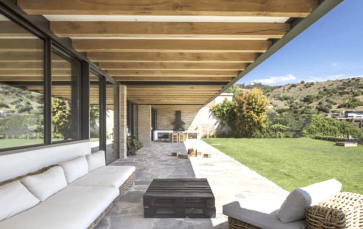 スペインの伝統的な建設方法と金属フレームによる ナチュラルで整然としたヴィラ「SV Villa」