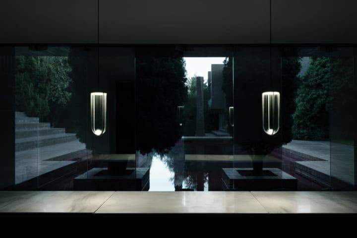 フィリップ・スタルクがデザインした FLOSのエレガントな屋外照明コレクション「In Vitro」