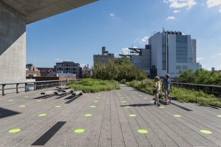 Pentagram、ニューヨークの公園「ハイライン」 再オープン向けに 社会的距離を確保する環境グラフィックを…