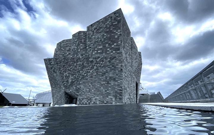 「水面に浮かぶ岩の塊」、角川武蔵野ミュージアム ミュージアム内の巨大本棚が堂々公開