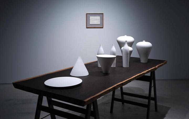 究極的な「白の世界」を披露 ピエロ・マンゾーニなどによる企画展「nullus」が開催