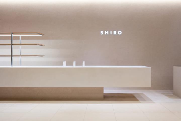 デザイナー・鬼木孝一郎が手がけた 全てをカウンター内に集約する、コスメブランド「SHIRO」の新店舗