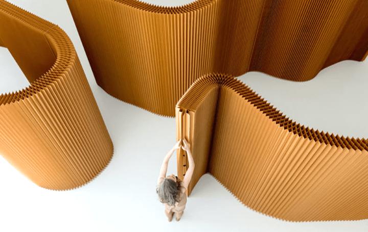 モダンなデザインで柔軟に仕切れる ハニカム構造の自立型のパーテーション
