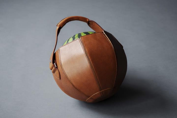 土屋鞄製造所、職人の本気の「遊び心」を披露 夏の風物詩・スイカ専用のレザーバッグ