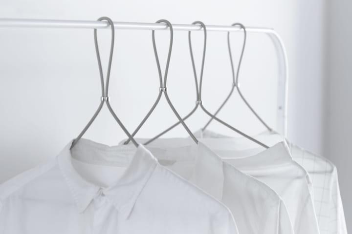 プロダクトブランド「SOGU」が手がけた 服の形に添うハンガー「FORMLESS HANGER」