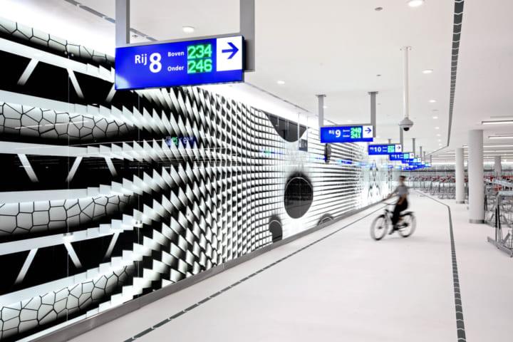 オランダ・ハーグ市、美術館のような地下駐輪場 直感的な方向感覚を示す「光の壁」