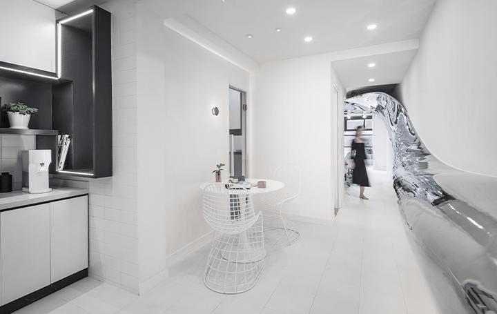 暗くて狭いオフィスの空間を照らす 建築スタジオ L&M DESIGN LABが手がけた「Mirror Bridge」