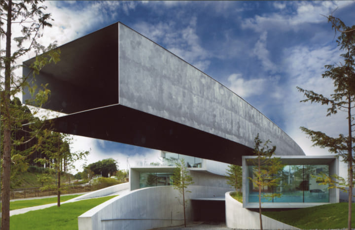 キャンチレバーがアイコニックな写実絵画専門美術館 「ホキ美術館」がリニューアルオープン