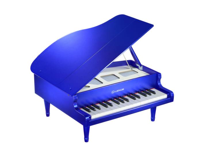 レクサス車のカラーや内装をイメージした ミニグランドピアノの新色「ストラクチュラルブルー」が登場