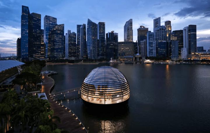シンガポール「Apple Marina Bay Sands」がオープン 水辺に浮かぶガラス張りのドーム構造に注目