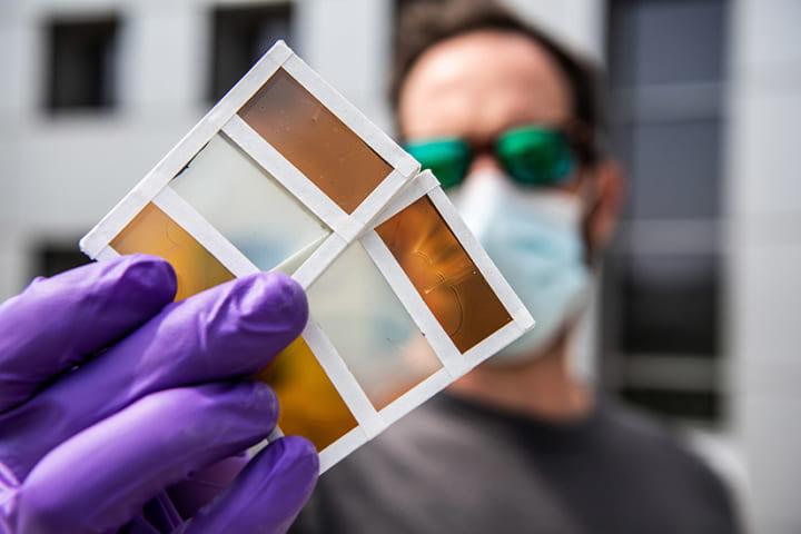 日差しを受けると窓の色が変わる!? 米研究機関が新しいサーモクロミック技術を開発
