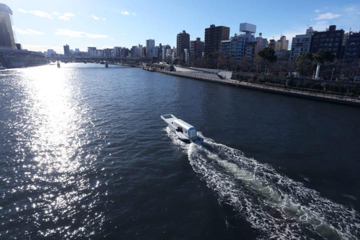 隅田川の水面を開いてゆく 鈴木康広が手がけた「ファスナーの船」が航行